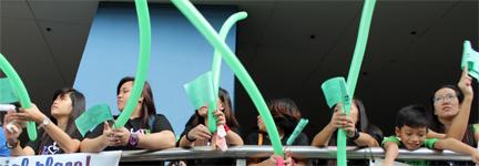 Girls w long balloons