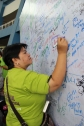 A Mom signs in support of IPANGAKO